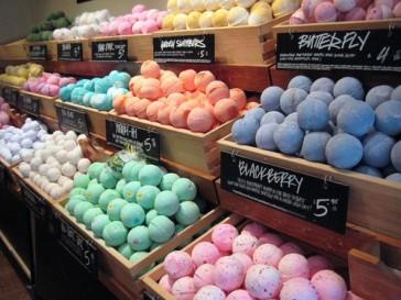 bath-bombs-colourful-lush-mewkid-rainbow-favim-com-170391_large